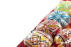 La mano tradicional rumana adornó los huevos de Pascua en un mantel tradicional con el espacio blanco de la copia Imagenes de archivo