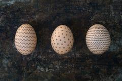 La mano tres adornó los huevos de Pascua, pascua feliz Fotografía de archivo