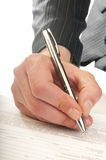 La mano umana con la penna fa la firma Fotografia Stock