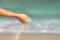 La mano versa la sabbia Fotografia Stock Libera da Diritti