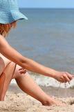 La mano versa la sabbia Fotografia Stock