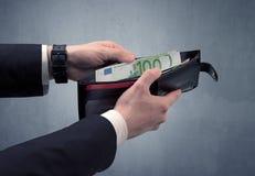 La mano in vestito elimina l'euro dal portafoglio Fotografia Stock Libera da Diritti
