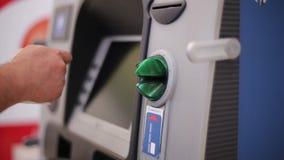 La mano y el cajero automático del hombre almacen de video