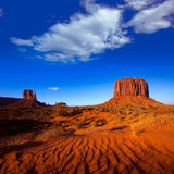 La manopla y Merrick Butte del oeste del valle del monumento abandonan las dunas de arena imagenes de archivo