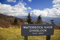 La manopola di Waterrock trascura su Ridge Parkway blu immagini stock