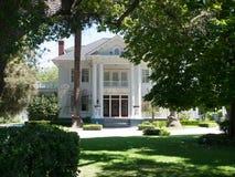La mansión blanca en parque tiene gusto de fijar Imagenes de archivo