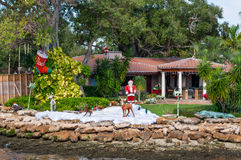 La mansión de lujo con las decoraciones de la Navidad, la Florida Imagen de archivo libre de regalías