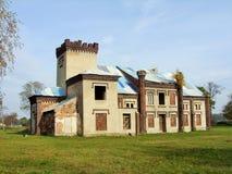 La mansión hermosa en parc con la vieja puerta Imagen de archivo
