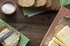 La mantequilla, pan, sal es una visión superior Imagenes de archivo