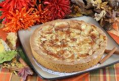 La manzana entera kuchen la torta en la configuración de la caída. Imagen de archivo libre de regalías