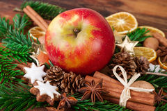 La manzana roja con la Navidad todavía condimenta vida rústica Foto de archivo