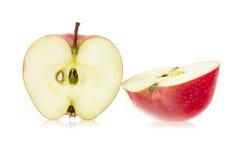 La manzana roja cortó en dos porciones Fotografía de archivo