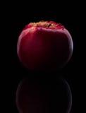 La manzana roja fresca con las gotitas del agua contra la reflexión negra del fondo cae el movimiento fresco de la acción del cha Imagenes de archivo