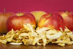 La manzana secada corta el ââon una tabla Imagen de archivo