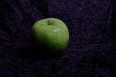 La manzana verde prueba amarga y buena fotos de archivo libres de regalías