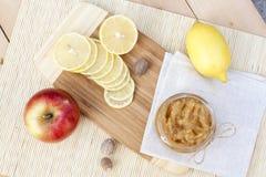 La manzana y el limón hechos en casa atascan con el jengibre y la nuez moscada moscada, primer Foto de archivo libre de regalías
