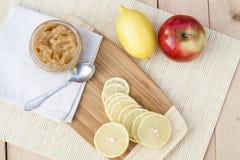 La manzana y el limón hechos en casa atascan con el jengibre y la nuez moscada moscada, primer Imagenes de archivo