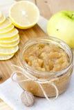 La manzana y el limón hechos en casa atascan con el jengibre y la nuez moscada moscada, primer Imágenes de archivo libres de regalías