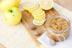 La manzana y el limón hechos en casa atascan con el jengibre y la nuez moscada moscada, primer Fotografía de archivo libre de regalías