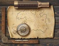 La mappa dei pirati medievali anziani con la bussola ed il cannocchiale Concetto di viaggio e di avventura illustrazione 3D immagine stock libera da diritti
