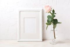 La maqueta blanca del marco con subió en florero de cristal exquisito Imagenes de archivo
