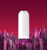 La maqueta blanca en blanco de la lata de cerveza en la base cristalina púrpura brillante 3d rinde, libre illustration