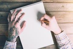 La maqueta con las manos dibuja un Pancil Imágenes de archivo libres de regalías