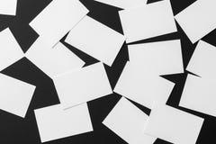 La maqueta de las pilas blancas dispersadas de las tarjetas de visita arregló en filas Foto de archivo