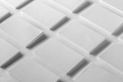 La maqueta de las pilas horizontales de las tarjetas de visita arregló en filas en w Imágenes de archivo libres de regalías