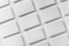 La maqueta de las pilas horizontales de las tarjetas de visita arregló en filas en w Foto de archivo