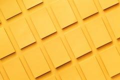 La maqueta de las pilas de oro horizontales de las tarjetas de visita arregló en filas en el papel texturizado Imagenes de archivo