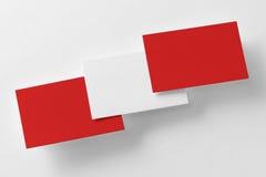 La maqueta de tres rojos y las tarjetas de visita blancas reman Imagen de archivo