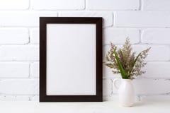 La maqueta marrón negra del marco con la hierba y el verde se va en jarra fotos de archivo libres de regalías