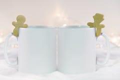 La maquette a dénommé l'image de produit courante, deux tasses blanches que vous pouvez ajouter le votre concevez/citation en fon Image stock