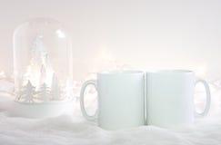 La maquette a dénommé l'image de produit courante, deux tasses blanches que vous pouvez ajouter le votre concevez/citation en fon Images stock