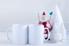 La maquette a dénommé l'image de produit courante, deux tasses blanches que vous pouvez ajouter le votre concevez/citation en fon Image libre de droits