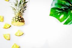 La maquette d'été avec le dessus blanc d'ananas et de fond de feuilles luttent Photo stock