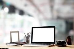 La maquette d'espace de travail avec l'ordinateur portable et tout autre bureau objectent dessus Photographie stock libre de droits