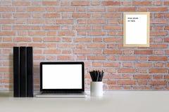 La maquette d'espace de travail avec l'ordinateur portable et tout autre bureau objectent dessus Images stock