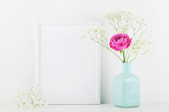La maquette de la fleur rose décorée de cadre de tableau dans le vase sur le fond blanc avec l'espace propre pour le texte et con photos stock
