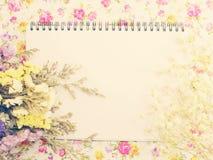 La maquette de marquage à chaud élégante avec des fleurs pour montrer vos illustrations avec le filtre de vintage colore le fond Image stock