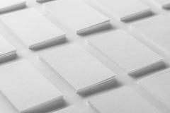 La maquette des piles horizontales de cartes de visite professionnelle de visite a arrangé dans les rangées Photo stock