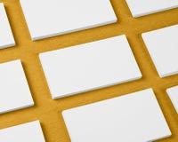 La maquette des piles horizontales de cartes de visite professionnelle de visite a arrangé dans les rangées à o Image libre de droits
