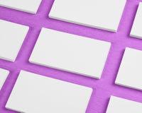 La maquette des piles horizontales de cartes de visite professionnelle de visite a arrangé dans les rangées à p Images stock