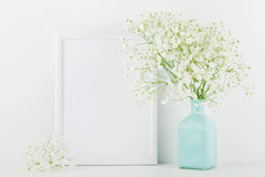 La maquette du cadre de tableau décorée fleurit dans le vase sur le fond blanc avec l'espace propre pour le texte et conçoit votr images stock