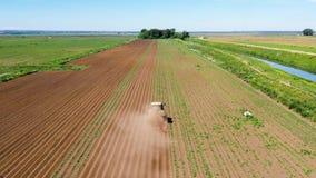 La maquinaria agrícola en el campo de la patata cultiva la tierra metrajes