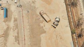 La maquinaria de construcción en Dubai funciona con la arena almacen de metraje de vídeo