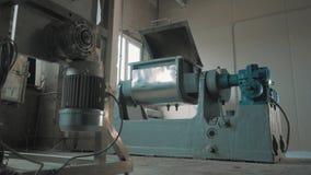 La maquinaria de trabajo bench con la tapa abierta en el sitio brillante vacío de la fábrica almacen de video