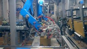 La maquinaria funciona con muchas cajas del cart?n en un transportador moderno almacen de metraje de vídeo