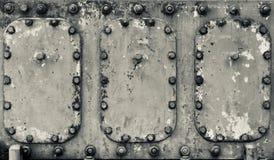 La maquinaria industrial pintó la superficie de metal con pátina pesada
